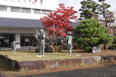 市役所前のデカンショ踊のブロンズ像.jpg